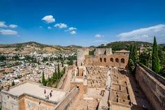 Vue de l'Alcazaba d'Alhambra à Grenade un beau jour photos libres de droits
