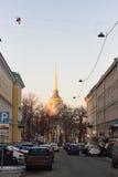 Vue de l'Amirauté et stationnement sur l'avenue de Voznesensky Images stock