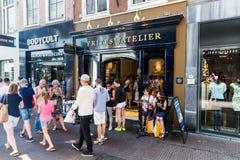 Vue de l'atelier de Frites à la rue de Venestraat dans le cent de ville Images stock