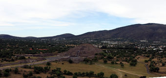 Vue de l'avenue des morts et de la pyramide de la lune, de la pyramide du Sun chez Teotihuacan Images stock