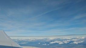 Vue de l'avion, aile d'un vol d'avion au-dessus des nuages avec le ciel bleu clips vidéos