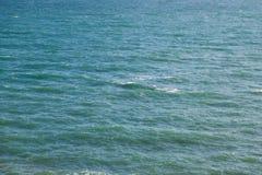 Vue de l'eau bleue de turquoise un jour ensoleillé d'en haut Photographie stock