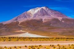 Vue de l'eau d?coulant du beau crat?re du volcan dormant de Tunupa images stock