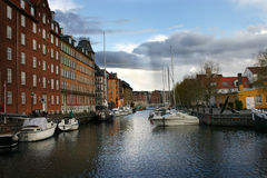 Vue de l'eau de canal de Copenhague avec des bateaux Images stock