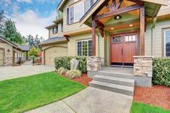 Vue de l'entrée de maison avec l'équilibre et les portes à deux battants en pierre de colonne Photo stock