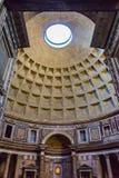 Vue de l'entrée de Panthéon au trou /oculus/, Rome, Italie de dôme Photo stock