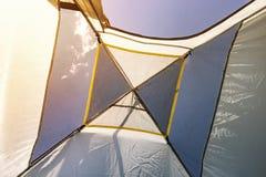 Vue de l'entrée de tente pendant le matin Camper dans les montagnes Belle vue de la tente repos dans le sauvage vue du bleu photos libres de droits