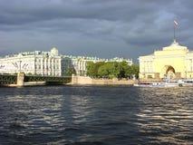 Vue de l'ermitage et l'Amirauté du Neva St Petersburg Russie Photographie stock