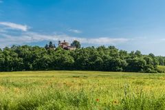 Vue de l'ermitage de Montesiepi de l'abbaye de San Galgano image stock