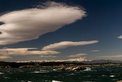 Mer et montagnes de nuages Images stock