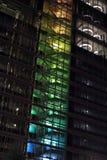 Vue de l'escalier coloré de l'immeuble de bureaux la nuit Image stock