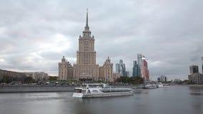 Vue de l'hôtel de Radisson Slavyanskaya, et le bateau de touristes, Moscou, Russie banque de vidéos