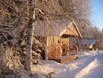 Vue de l'hiver avec la petite maison Photo stock