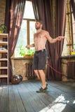 Vue de l'homme faisant la cardio- séance d'entraînement avec la corde à sauter photographie stock libre de droits