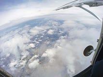 Vue de l'intérieur de l'avion de parachute avec la porte ouverte photographie stock libre de droits