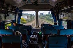 Vue de l'intérieur de chariot avant d'observation sur Kandy au voyage ferroviaire d'Ella dans Sri Lanka image libre de droits