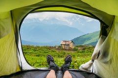 Vue de l'intérieur d'une tente sur la vieilles cabane et montagnes Photo stock
