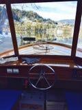 Vue de l'intérieur de bateau de Pletna, lac saigné, photo stock