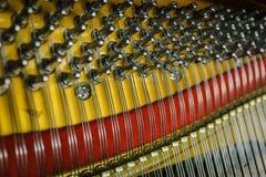 Vue de l'intérieur du plan rapproché de piano photographie stock libre de droits