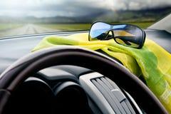 Vue de l'intérieur du véhicule sur une route de campagne Image stock