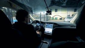 Vue de l'intérieur de la voiture d'un homme éliminant dans elle clips vidéos