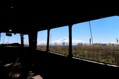 Vue de l'intérieur vieil d'un autobus russe soviétique abandonné et rouillé en Arménie du sud Images libres de droits