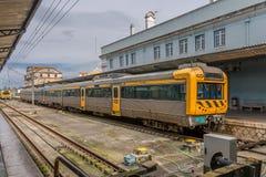 Vue de l'int?rieur de la station de train ? Coimbra photographie stock