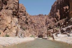 Vue de l'itinéraire dans le canyon, Jordanie Images stock