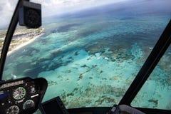 Vue de l'Océan Atlantique et de la côte de la République Dominicaine de l'habitacle d'un hélicoptère photo stock
