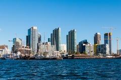 Vue de l'océan de l'horizon du centre de ville photos libres de droits