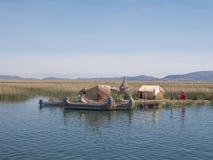 Vue de l'Uros flottant les îles tubulaires, le Lac Titicaca, région de Puno, Pérou Image stock