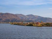 Vue de l'Uros flottant les îles tubulaires, le Lac Titicaca, région de Puno, Pérou Images stock