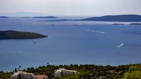 Vue de la baie de mer dans Trogir en Croatie photographie stock libre de droits