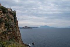 Vue de la baie de Naples d'église et de couvent de Santa Margherita Nuova, sur l'île de Procida photo libre de droits