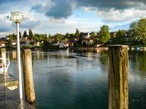 Vue de la belle et touristique ville de Stein am Rhein Village idyllique par le Rhin À la frontière suisse avec l'Allemagne image stock