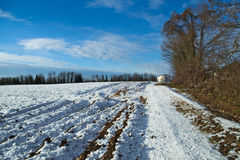 Vue de la campagne avec un peu de neige Photos stock