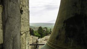 Vue de la campagne de chianti autour de Montalcino d'une tour de cloche avec la cloche image stock