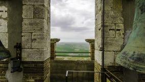 Vue de la campagne de chianti autour de Montalcino d'une tour de cloche avec la cloche photo stock