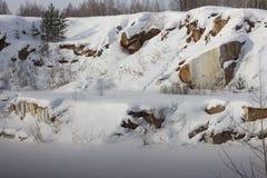 Vue de la carrière et de la forêt dans les Monts Oural Image libre de droits
