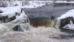 Vue de la cascade Voitsky Padun, jour de février La Car?lie, Russie clips vidéos
