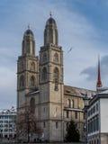 Vue de la cathédrale de Grossmunster à Zurich de la rive Photographie stock libre de droits