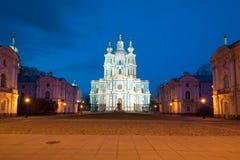 Vue de la cathédrale de Smolny pendant la nuit de mai St Petersburg, Russie Photo libre de droits