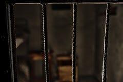 Vue de la cellule de prison vide par les barres image libre de droits