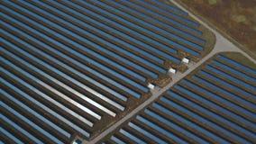 Vue de la centrale solaire d'une taille Tiré sur le bourdon clips vidéos