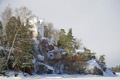 Vue de la chapelle de Ludwigstein en parc de Monrepo un jour nuageux de février Vyborg, Russie Photos stock