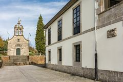 Vue de la chapelle de neige dans Portomarin dans la province de Lugo, point fondamental sur le chemin à la route française de S images libres de droits
