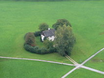 Vue de la colline à la maison Image stock