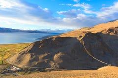 Vue de la colline aux montagnes, aux champs et à la TSO de lac Moriri en Himalaya Image libre de droits