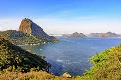 Vue de la colline de pain de sucre, de la baie de Guanabara, de la mer, des collines et des montagnes de Rio de Janeiro Photos libres de droits