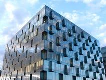 Vue de la construction moderne en verre et en métal avec on Image libre de droits